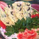 Домашний сыр с зеленью и маслинами