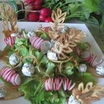 Салат с творожными шариками и овощами