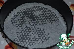 На дно выпекаемой формы выложить круг из пекарской бумаги, края формы можно не смазывать.
