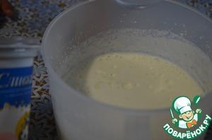 Взбить сливки. Соединить белковый крем, творожный крем, сливки и приготовленный и слегка остуженный желатин. Оставить немного белкового крема, чтобы обмазать бока и верх торта.