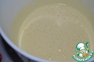 Отделить желтки от белков, взбить желтки с сахаром (0,5 стак).