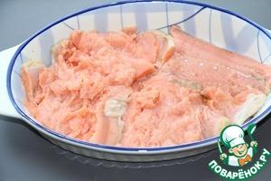 Рыбное филе разрезать на порционные куски, выложить в смазанную сливочным маслом форму.