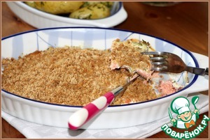 Затем форму вытащить, посыпать сверху золотистой панировкой и поставить в духовку еще минут на 4-6. Все, наша рыба готова. Можно подавать.