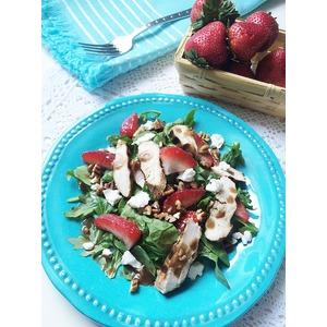 Салат с клубникой, курицей и козьим сыром