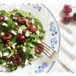Салат с черешней, козьим сыром и фисташками