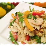 Восточный салат с пастой и курицей
