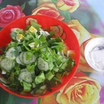 Зелёный салат со сметаной и яйцом