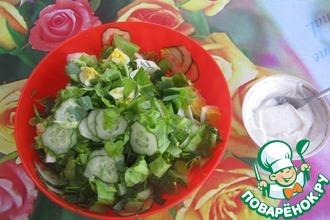 Рецепт: Зелёный салат со сметаной и яйцом