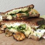 Сэндвич с морепродуктами, медом и сырами