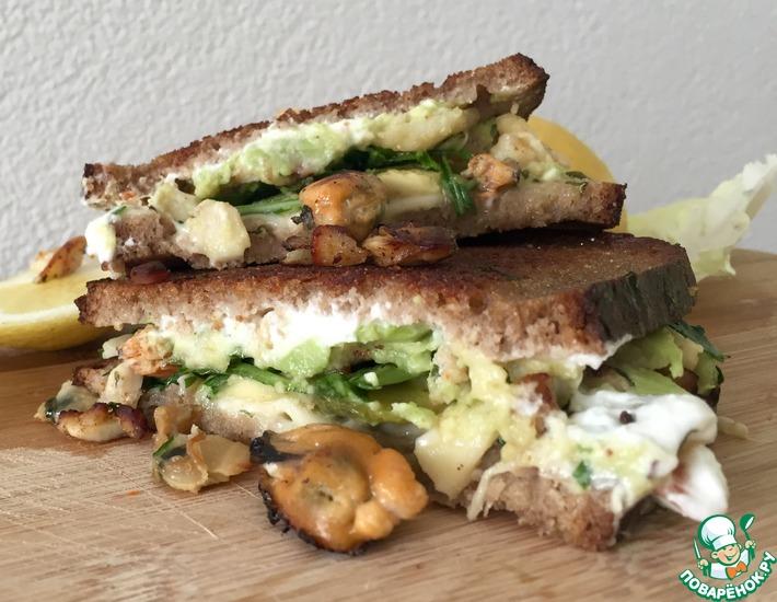 Рецепт: Сэндвич с морепродуктами, медом и сырами