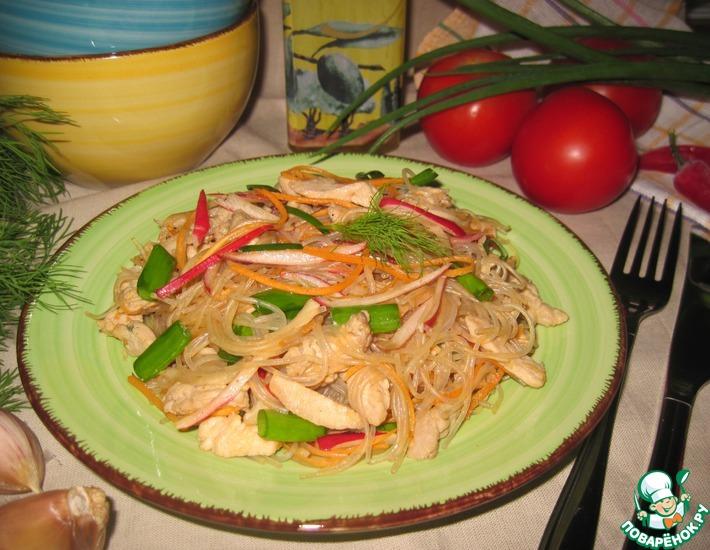 Рецепт: Салат из фунчозы, редиса и индейки