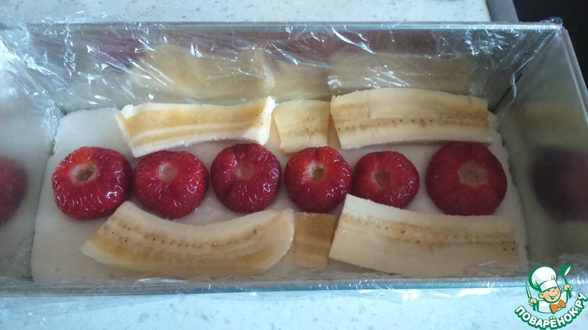 Творожный десерт с бананом и клубникой