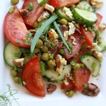 Салат из овощей и зелёного горошка