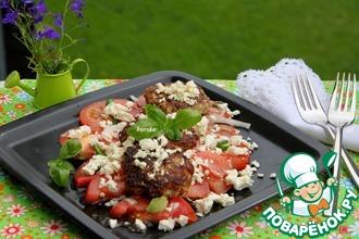 Рецепт: Кабачковые оладьи с фаршем на помидорном салате