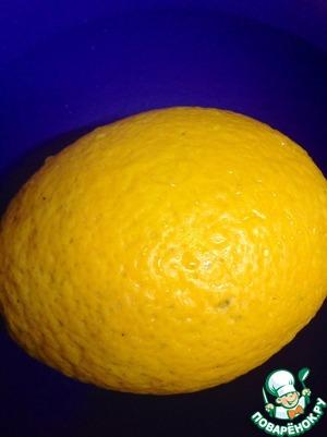 Как и в предыдущем моем рецепте, сперва включаем духовку на 150-180 градусов.   Берем мытый апельсин или 2 маленьких, режем на дольки и удаляем косточки.