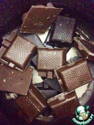 Разламываем шоколад на плитки/кусочки, помещаем их в маленький ковшик/сотейник/турку, добавляем 2 ст. л. воды и греем чтобы шоколад расплавился.