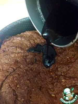 Полученной горячей густой шоколадной жидкостью поливаем пирог и быстро размазываем по поверхности пирога пока шоколад не застыл.