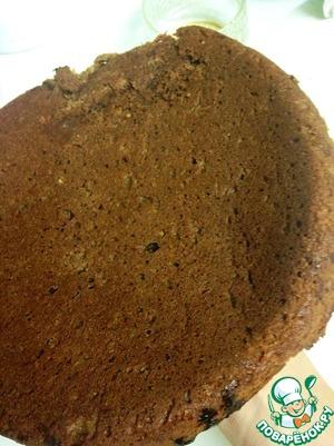 Затем готовимся вынуть пирог из формы; делать нужно это аккуратно, ибо такое тесто рискует раз валиться. Для этого я положила тарелку прямо на пирог, уже покрытый шоколадом и перевернула форму с пирогом. Пирог легко вышел из формы на тарелку.