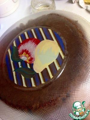 Далее на дно перевёрнутого пирога кладем нужное красивое блюдо и переворачиваем его обратно.