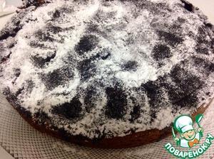 Затем посыпаем пирог сахарной пудрой..