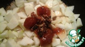 Припускаем на сковороде яблоки с абрикосовым вареньем (у меня с орехами варенье)