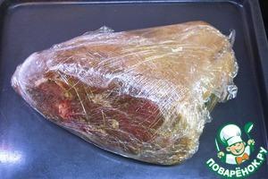 Упакованное таким образом мясо отправляем в духовку печи. Устанавливаем регулятором требуемую температуру воздуха в печи. Пусть это будет 70 градусов, если готовите в первый раз. В дальнейшем, по мере приобретения опыта, можно при желании уменьшать температуру - вплоть до 65 градусов (это нижняя граница санитарной готовности свинины). Включаем духовку и выдерживаем мясо в ней 8 часов. Приходится готовить так долго потому, что в рулька очень большая и в ней - массивная кость. Кроме того, мы стараемся добиться размягчения жил и связок, которых в рульке предостаточно.