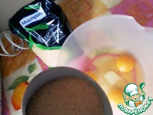 В миску кладём 3 яйца, добавить тростниковый сахар и взбивать блендером (миксером), пока сахар не растворится