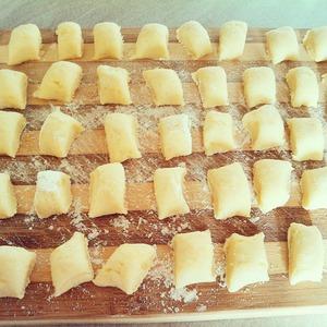 Разрезать каждую полоску на маленькие кусочки / ширина - 7, 8 мм. /дать им отдохнуть 20 минут.   бросить ньокки в кастрюлю с горячей, подсоленной водой.   как только всплыли на поверхность - они готовы.   ньокки можно заправить с соусом из помидор, маслом и сыром, с горгонзолой, рагу алла болоньезе, песто.