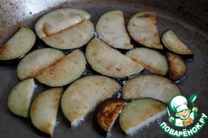 Eggplant fry in vegetable oil until Golden brown, and put them into a separate bowl.