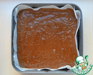 - Square of 26x26 cm, cover baking paper, greased with vegetable oil, if paper without impregnation  - Pour into prepared pan with chocolate batter.