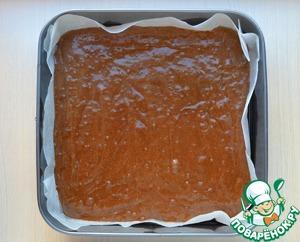 - Квадратную форму 26х26 см застелить пекарской бумагой, промазать растительным маслом, если бумага без пропитки   - Выливаем в подготовленную форму шоколадное тесто.