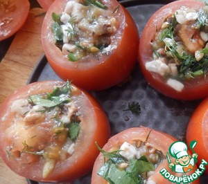 Tomatoes fill with filling, no cap to put on the baking sheet in the oven for 20-25 minutes. The remaining stuffing can be spread on bread slices and put in the oven along with the tomatoes.