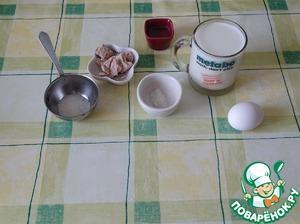 В слегка подогретое молоко добавляем дрожжи, сахар, масло, яйцо. После растворения дрожжей добавляем муку и замешиваем тесто.