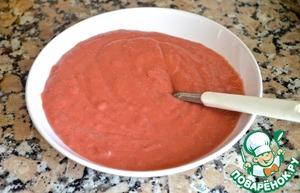 4.Для клубничного соуса: 2/3 клубники измельчить блендером до однородной массы. Процедить через мелкое сито, чтобы ушли косточки. Выложить в кастрюлю, добавить ликер и сахарную пудру и готовить на среднем огне 5-7 минут, помешивая. Крахмал растворить в небольшом количестве воды и влить в клубничный соус. Размешать, добавить холодное сливочное масло и готовить, помешивая, до полного растворения масла. Выключить огонь, остудить 3 минуты и влить 2 взбитых желтка. Сразу же хорошенько взбить венчиком. Убрать в холодильник на минут 30, чтобы соус загустел. Оставшуюся треть клубники мелко порезать.