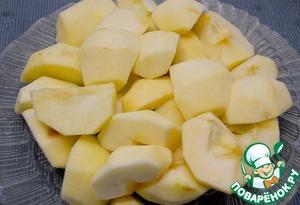 Сначала подготовить яблоки. Очистить от кожуры и семечек. Разрезать на 4 части.