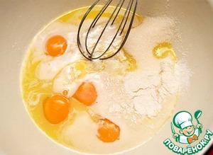 К маслу добавить яйца, сахар, ванильный сахар, разрыхлитель теста и соль. Хорошо взбить.