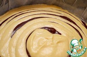 Далее выливаем тесто в форму (моя 28 см в диаметре), чередуя белое и шоколадное тесто. При этом, шоколадного наливать немного меньше, чем белого.