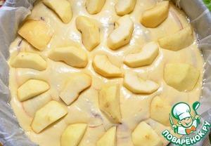 Выкладываем яблоки на пирог. Они должны касаться дна формы. Поскольку размер яблок достаточно крупный, то они погрузились в тесто на половину.
