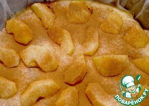 Яблоки присыпать сахаром и корицей. После чего отправляем пирог в духовку до готовности.