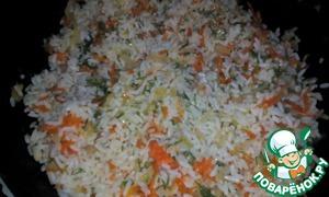 Теперь готовый рис смешиваем с луком и морковью. Нашинкуем зелень и отправляем её к нашей начинке. Всё хорошо перемешаем.