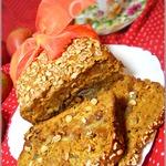 Карамельный пирог с яблоками, изюмом и арахисом