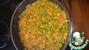 Минут 7-10 готовим на максимуме и перемешиваем периодически. Затем добавляем томатную пасту, перемешиваем активно и добавляем все остальные мелко порезанные ингредиенты. Вновь перемешиваем, солим по вкусу и через минуту снимаем с плиты.