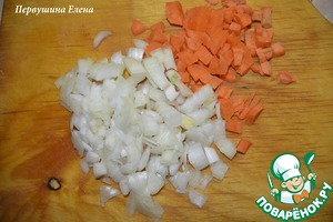 Pour water into a saucepan, put on fire. Onion cut into cubes, carrots grate on a grater.