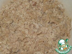 Mix two kinds of flour, pour oil mixture. Stir until obtaining moist crumbs.