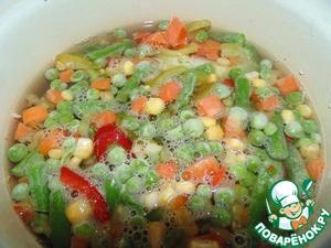 Пакет замороженных овощей (Мексиканская смесь) отварить в небольшом количестве подсоленной воды до готовности. В воду положить целую луковицу и маленький лавровый лист.