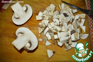 Boil spaghetti. Mushrooms cut into small cubes.
