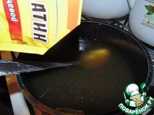 Желатин развести в овощном бульоне. Для постного варианта необходимо использовать агар-агар.