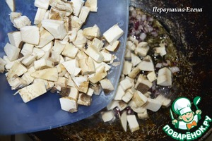 Fry the onions and mushrooms in vegetable oil.