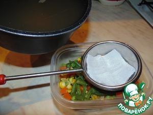 Залить овощи процеженным бульоном.