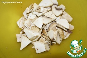 Mushrooms wash and cut into small slices.